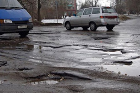 В Ужгороді нещодавно відремонтовані ями знову перетворилися у горе-шляхи (ВІДЕО)