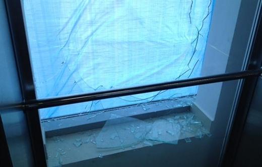 П'яний ужгородець побив вікна в морзі і пошкодив 10 авто (ФОТО)