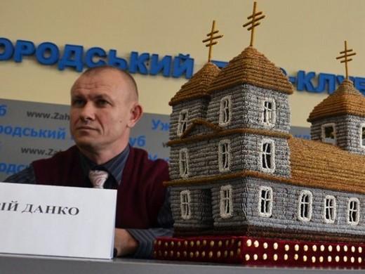 Ужгородець може потрапити до Книги рекордів України за створення унікальної церкви з бісеру (ФОТО)