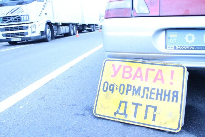 """Поблизу """"Карпатського мисливця"""" прокурорський автомобіль виїхав на зустрічну смугу і протаранив """"Мерседес"""""""