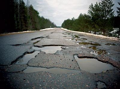 Через погану дорогу на одній із вулиць Ужгорода маршрутка до кінцевої зупинки не їздитиме