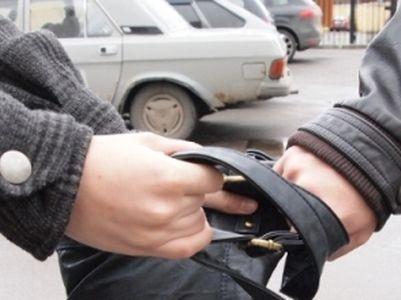 У Мукачеві посеред вулиці зловмисник вкрав від пенсіонерки сумку