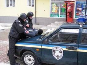 В одному із банків Мукачева чоловік так з'ясовував стосунки із колишньою дружиною, що прийшлось викликати міліцію
