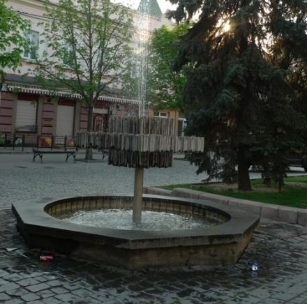 Фонтан в центрі Мукачева потопає у смітті (ФОТОФАКТ)