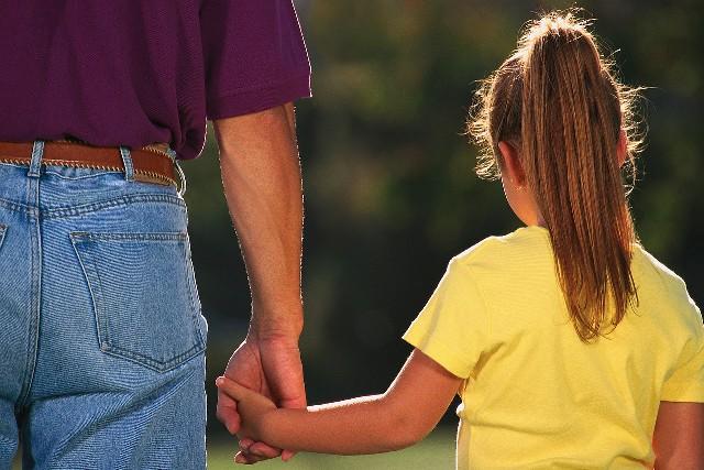 На Рахівщині 10-річна дівчинка заявила про те, що її під час збору грибів зґвалтував сусід