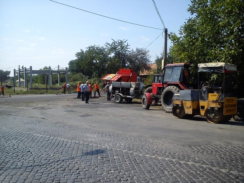 При в'їзді у селище Кольчино ремонтують дорогу (ФОТО)