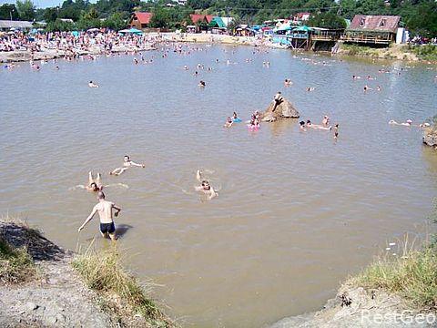 У Солотвині люди купаючись ризикують провалитись під землю (ВІДЕО)
