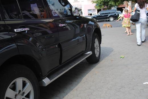 """В самому центрі Мукачева водій припаркував свого джипа прямо на тротуар та під знак """"Зупинку заборонено"""" (ФОТО)"""