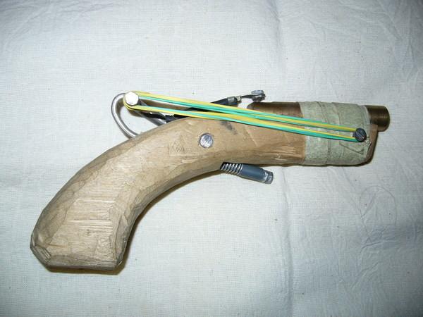 На Мукачівщині 18-річний хлопець серед ночі намагався продати саморобний пістолет