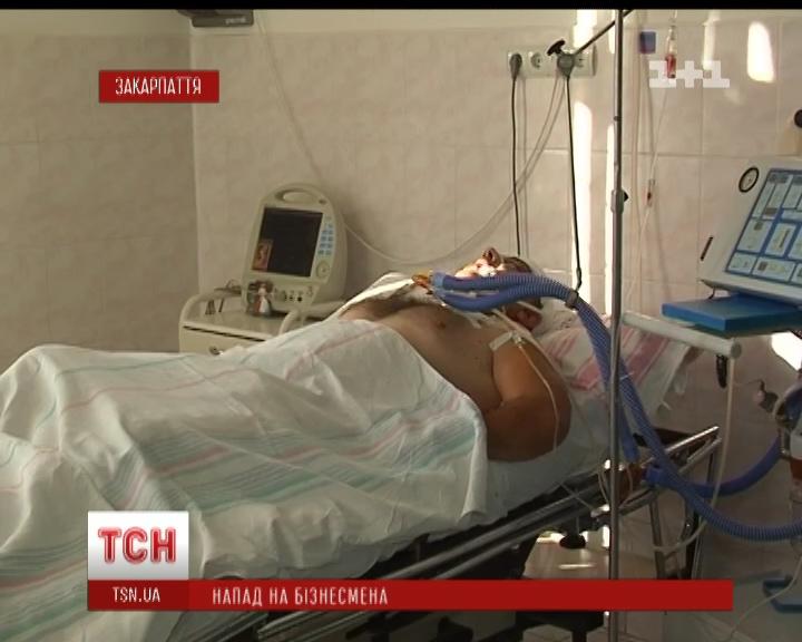 Дружина приватного підприємця, якого жорстоко побили в центрі Мукачева, не знає хто бажав чоловікові смерті (ВІДЕО)