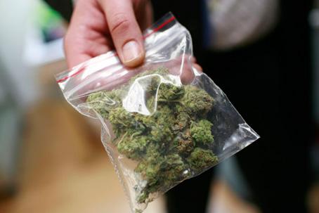 Чоловік, при появі правоохоронців, намагався непомітно викинути з кишені штанів марихуану