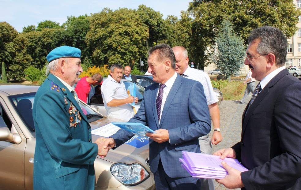 Олександр Ледида вручив десятьом закарпатцям нові автомобілі