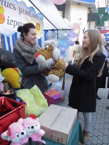 """Біля входу до Мукачівської художньої школи відбудеться благодійна акція """"Поділися улюбленою іграшкою"""""""