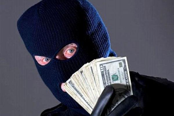 Погрожуючи пістолетом і битами зловмисники відібрали у підприємця близько 180 тисяч гривень