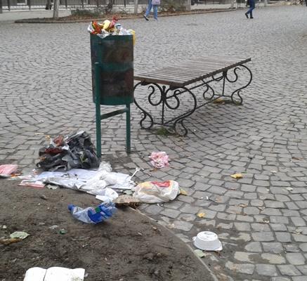 Центр Берегова потрохи перетворюється на сміттєзвалище: ніхто площу не прибирає, сміття не вивозиться (ФОТО)
