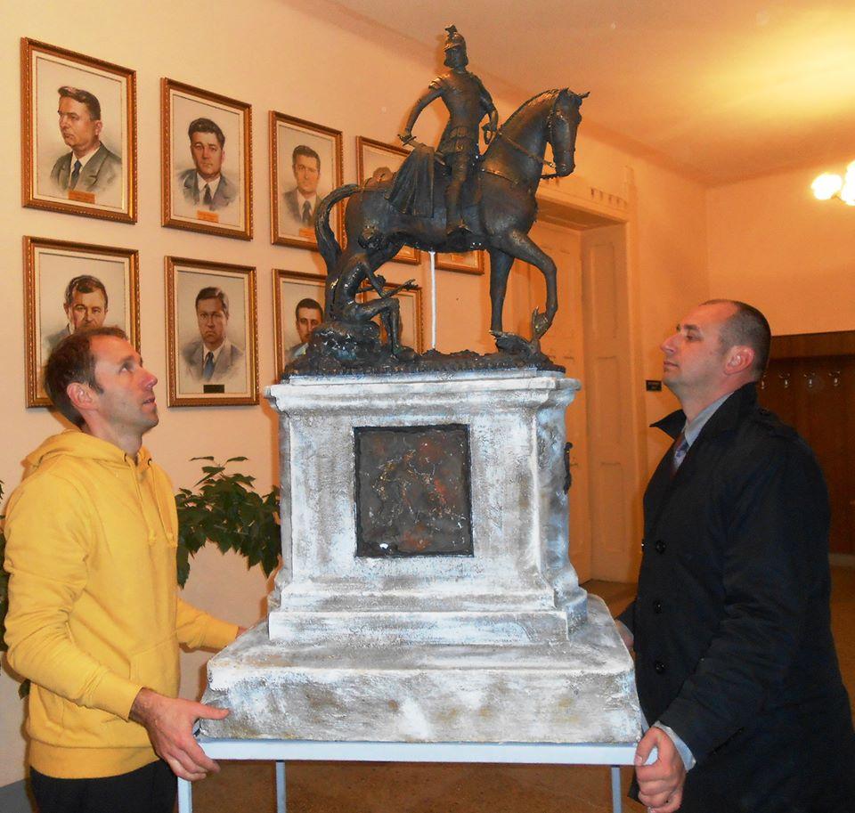 У мукачівській Ратуші встановили проект скульптури Святого Мартина (ФОТО)