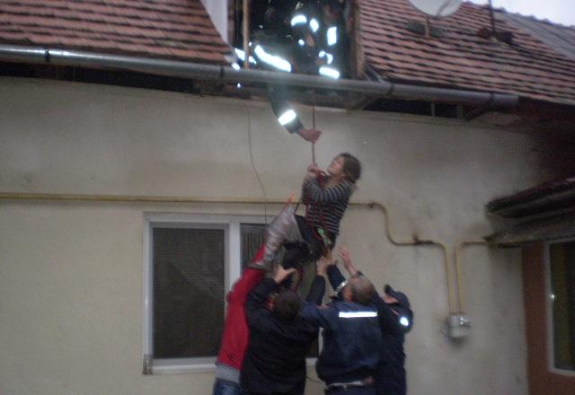 Рятувальники у Берегові знімали з горища травмовану жінку