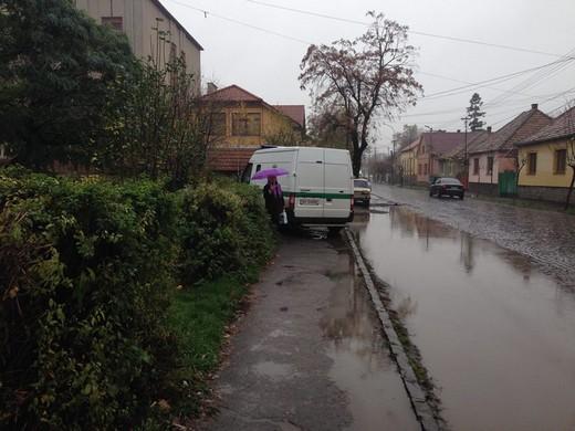 """Мукачівські водії """"облюбували"""" тротуари, як місце для парковки (ФОТОФАКТ)"""
