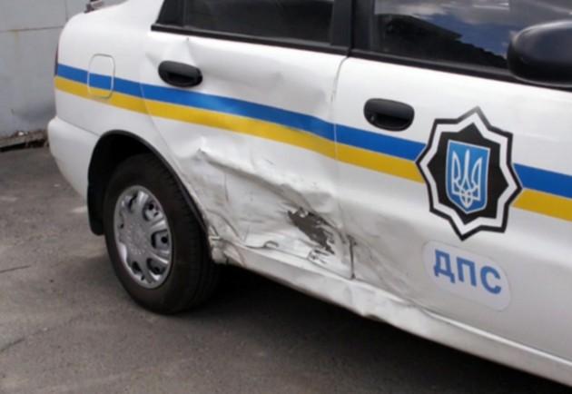 У Берегові водій, під час зміни смуги руху, зачепив автомобіль працівників ДАІ