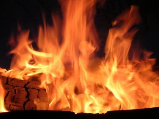 У Хусті травмувалась 12-річна дівчина, яка намагалась самостійно загасити пожежу