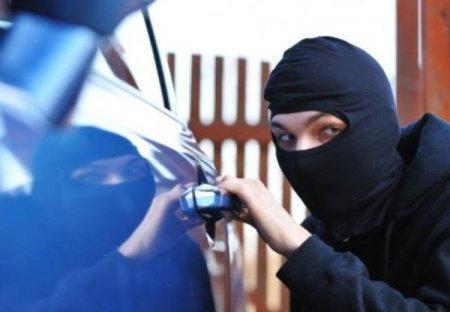 Через незачинені двері автомобіля злочинець вкрав 30 тисяч гривень