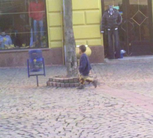 У самому центрі Мукачева неповнолітні роми тероризують людей, обпльовуючи їх з ніг до голови і вимагаючи різні речі (ФОТО)