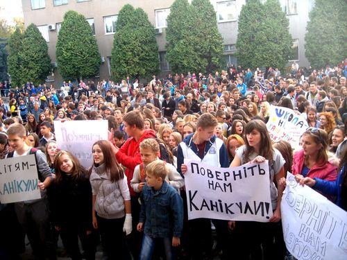 Прокуратура Закарпаття заявляє, що осінні канікули у школах Ужгорода скасували незаконно (ВІДЕО)