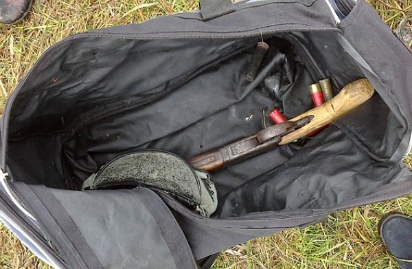 У Берегові чоловік розгулював містом із вогнепальною зброєю у сумці (ФОТО)