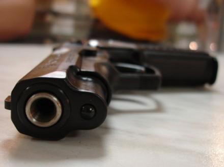 Колишній співмешканець погрожував жінці вогнепальною зброєю