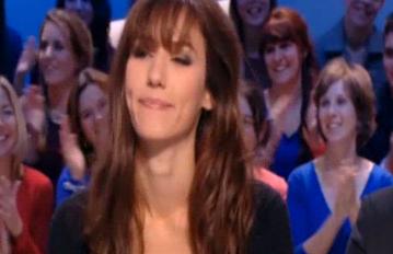 На честь перемоги збірної Франції з футболу над Україною телеведуча роздяглася в ефірі (ВІДЕО)