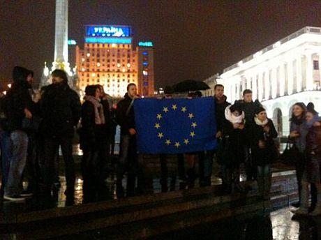 У Києві збирається Євромайдан: люди виходять на протест через призупинення підписання угоди про асоціацію з ЄС (ФОТО)