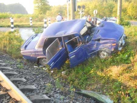 Трагічний випадок на Великоберезнянщині: 20-річний водій не встиг проскочити переїзд на червоне світло, дві 16-річні дівчини загинули