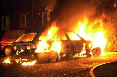 В Ужгороді через несправність електропроводки вночі горів автомобіль