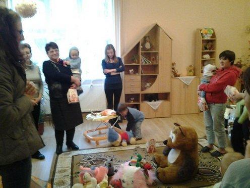 """Волонтери благодійної акції """"Купи зустріч - допоможи дитині"""" відвідали шість дитбудинків сімейного типу"""