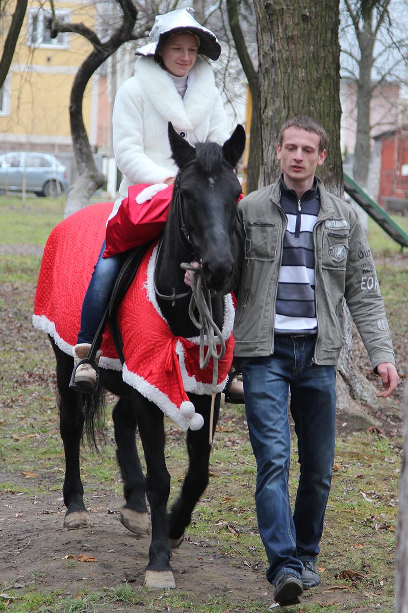 """Новорічні подарунки до дитячого лікувального санаторію """"Малятко"""" привезли на справжніх конях (ВІДЕО)"""