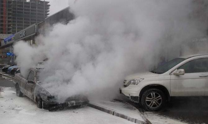 У Києві згорів автомобіль закарпатця, який приїхав на Майдан зустрічати Новий рік (ФОТО)