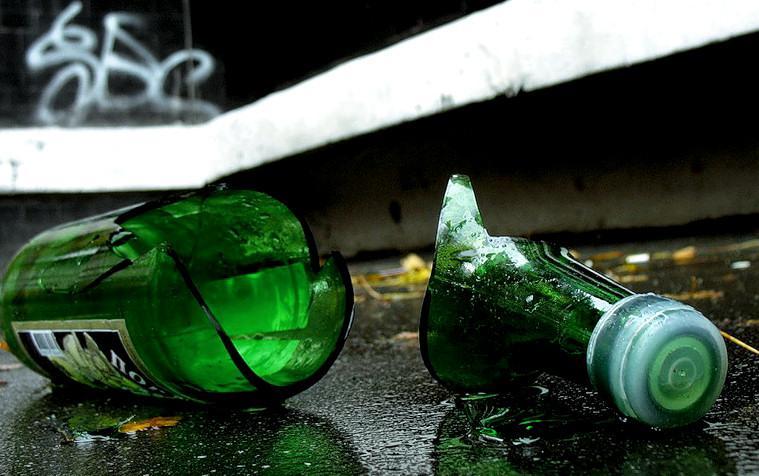 Під час новорічного застілля господарка будинку вдарила свого гостя пляшкою по голові