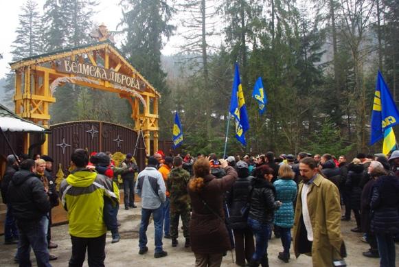 Як активісти пікетували у Жденієві маєток Медведчука (ВІДЕО)
