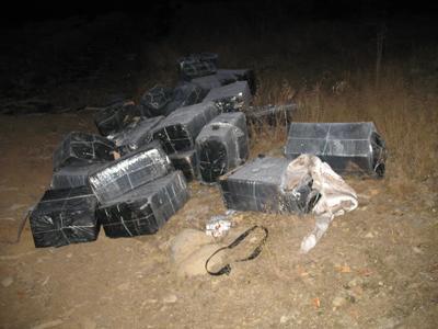 Прикордонники Мукачівського загону затримали двох чоловіків, які намагалися перенести через кордон 5 тисяч пачок сигарет