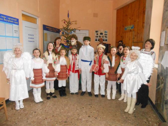 Вихованці музичної школи заробляли гроші колядками в міськвідділі міліції (ФОТО)