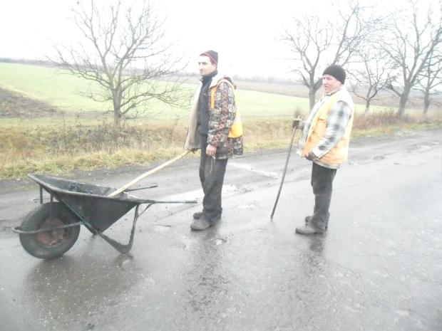 На Виноградівщині під час дощу ремонтники латали дорогу (ФОТО)