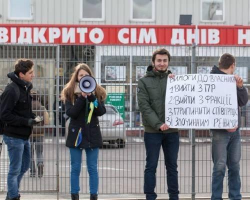 """В Ужгороді відбулась громадянська кампанія """"Бойкот"""" під гаслом """"Жодної копійки """"регіоналам""""! Від сьогодні - і назавжди!"""""""