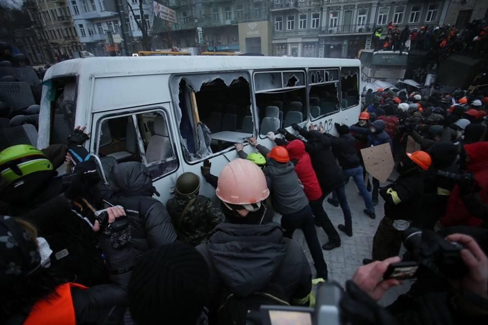 Ми просимо всіх не піддаватися на жодні провокації – Яценюк про події на Грушвеського
