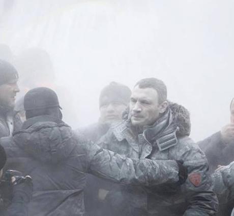 Побоїще в Києві триває: б'ють дзвони, лунають вибухи та горить міліцейський автобус