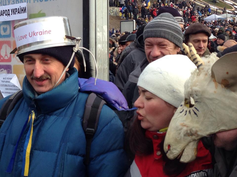 Багато людей на Євромайдані, в знак протесту, одягнули на голови відра, каструлі та каски (ФОТО)