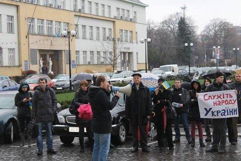 В Ужгороді активісти під проливним дощем влаштували пікет під будівлею Закарпатської ОДА