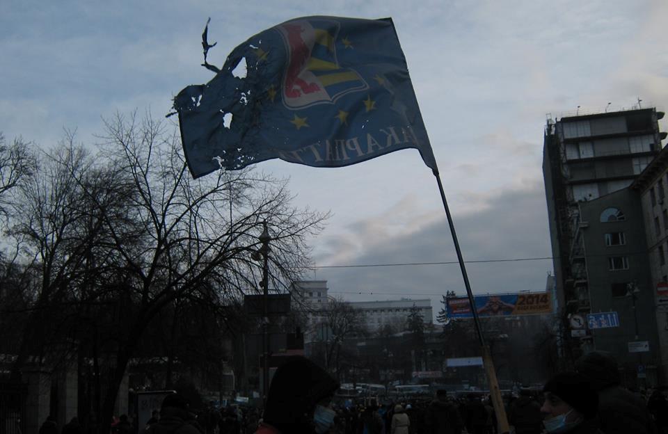 Прапор Закарпаття, хоча трохи і пошкоджений в боях, гордо майорить над барикадами в центрі Києва (ФОТО)