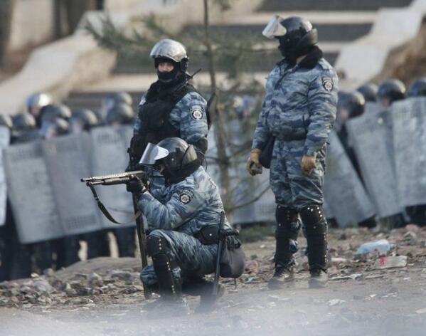 МВС попереджає, що може застосувати проти мітингувальників вогнепальну зброю