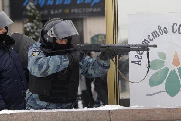 """У протистоянні на Грушевського влада використовує переодягнутих у форму """"Беркуту"""" """"тітушок"""""""