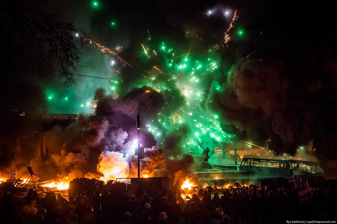 """Мітингувальники всю ніч палили автопокришки, щоб не дати можливості піти у наступ """"Беркуту"""""""